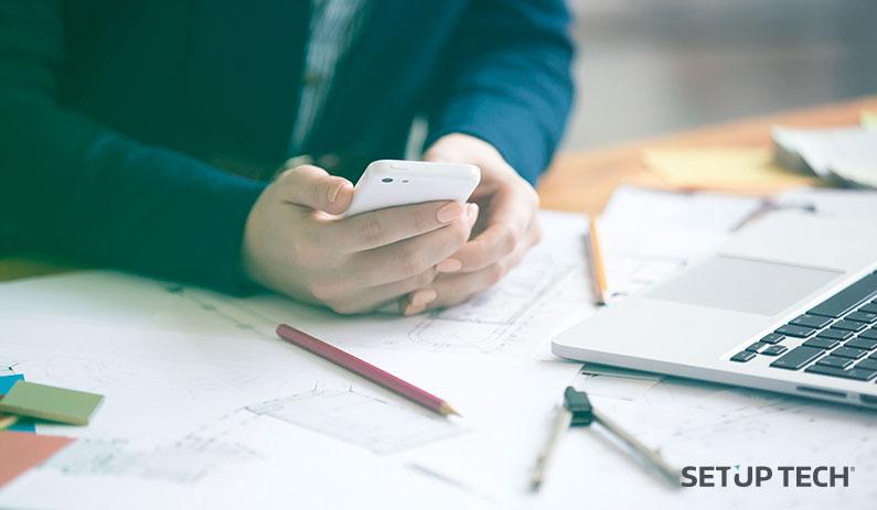 Homem a utilizar telemóvel - Post: Competitividade entre empresas: criar app Android