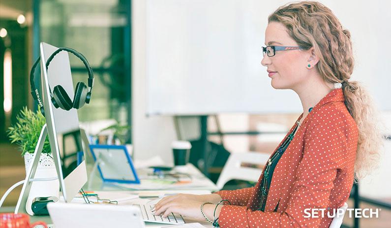Mulher a trabalhar no computador - Post: Contratar programador ou agência especializada