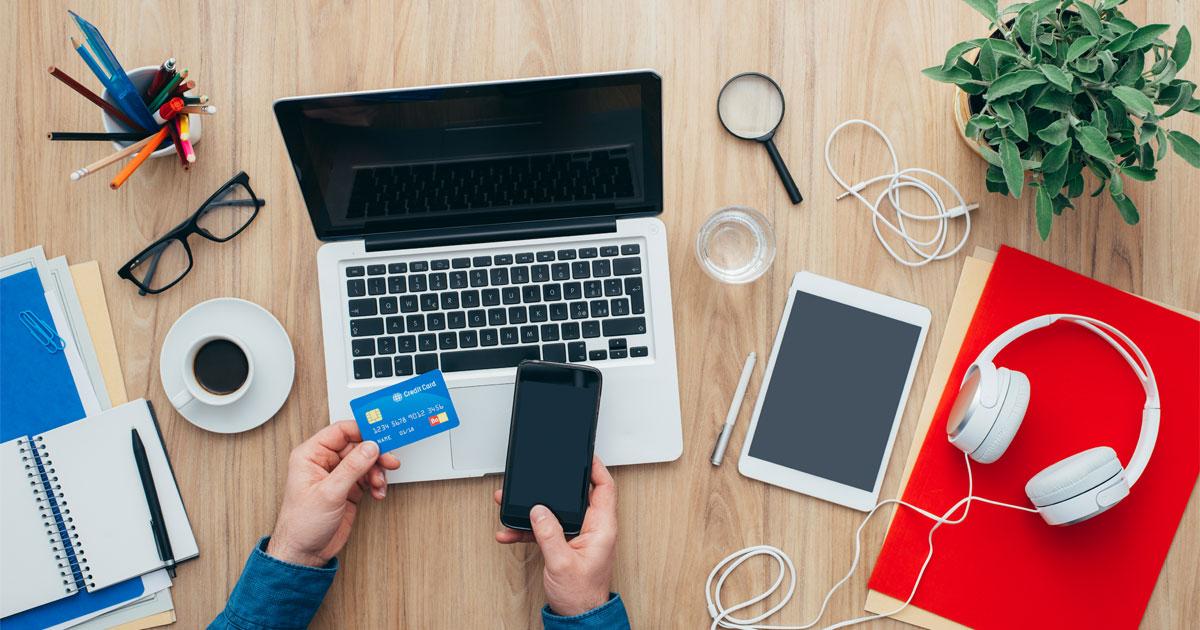 Homem com telemóvel a comprar em loja online