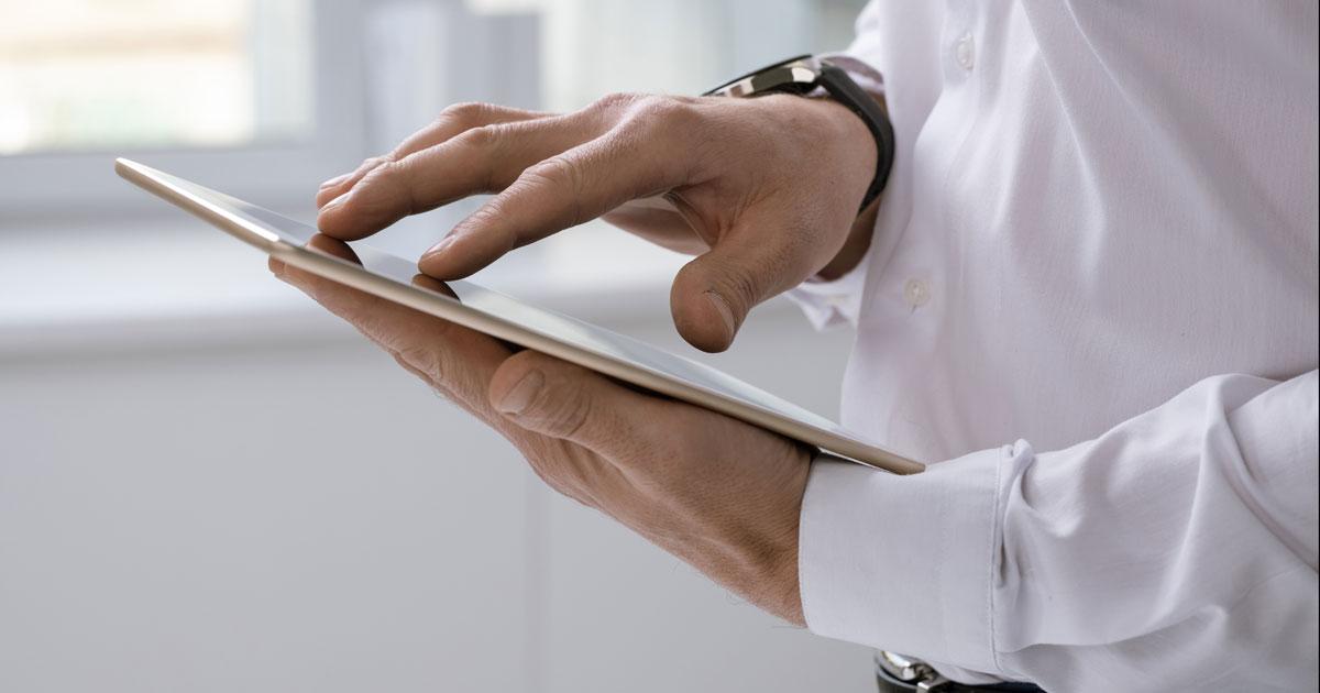 Homem a mexer no tablet